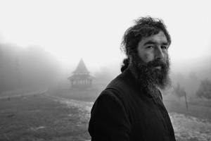 Un giovane prete cristiano ortodosso fotografato a Maramures, Romania. (Gianluca de Bartolo / www.tpoty.com)