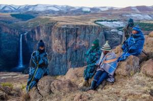 Un capo di una tribù Basuto e quattro pastori a Semonkong, Lesotho. (Chase Guttman / www.typot.com)