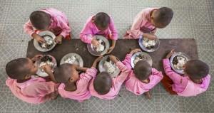 Un pasto in un monastero di Yangon, Myanmar. (Sue O'Connell / www.typoty.com)
