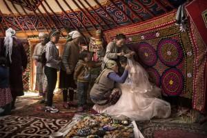 La preparazione di una sposa fra i monti Altaj, Mongolia occidentale. (Timothy Allen / www.typoty.com)