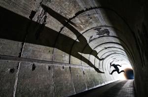 Un uomo salta in un tunnel dell'arcipelago Helgoland, nel nord della Germania. (Uli Kunz / www.typoty.com)